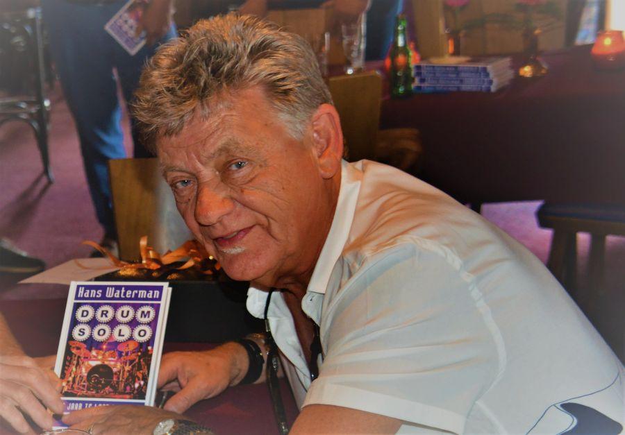 Hans Waterman met boek Drumsolo